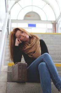 junge Frau wartet auf ihren Bus