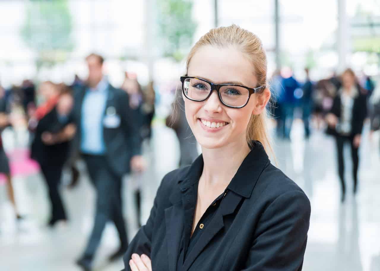 junge Frau umgeben von Geschäftsleuten