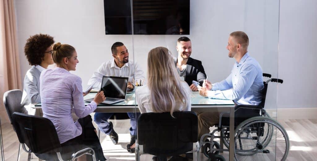Diversity-Management-diverses-Team-im-Meetingraum