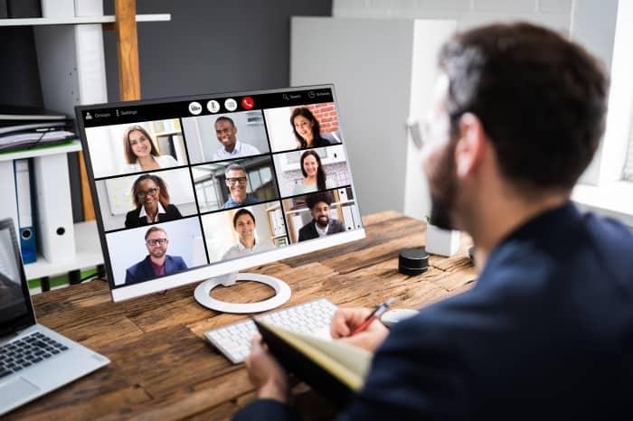 Mann am Computer während Videokonferenz