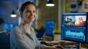Weiblicher Videoeditor beim Videoschnitt